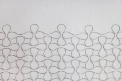 Полупрозрачно перде с кант от релефни фигури върху бяла основа