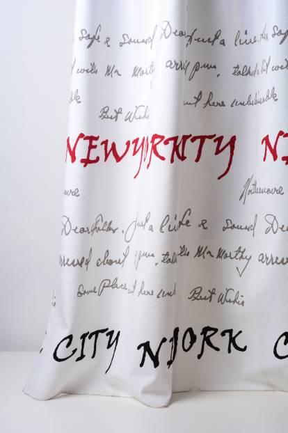 Плътна завеса с надписи в черно и червено