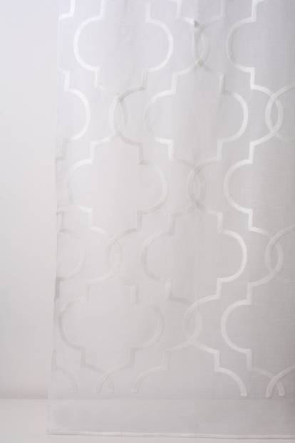 Полупрозрачен дюс с геометрични бродирани фигури