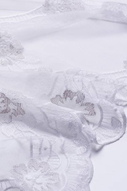 Дантела с красив бродиран завършек