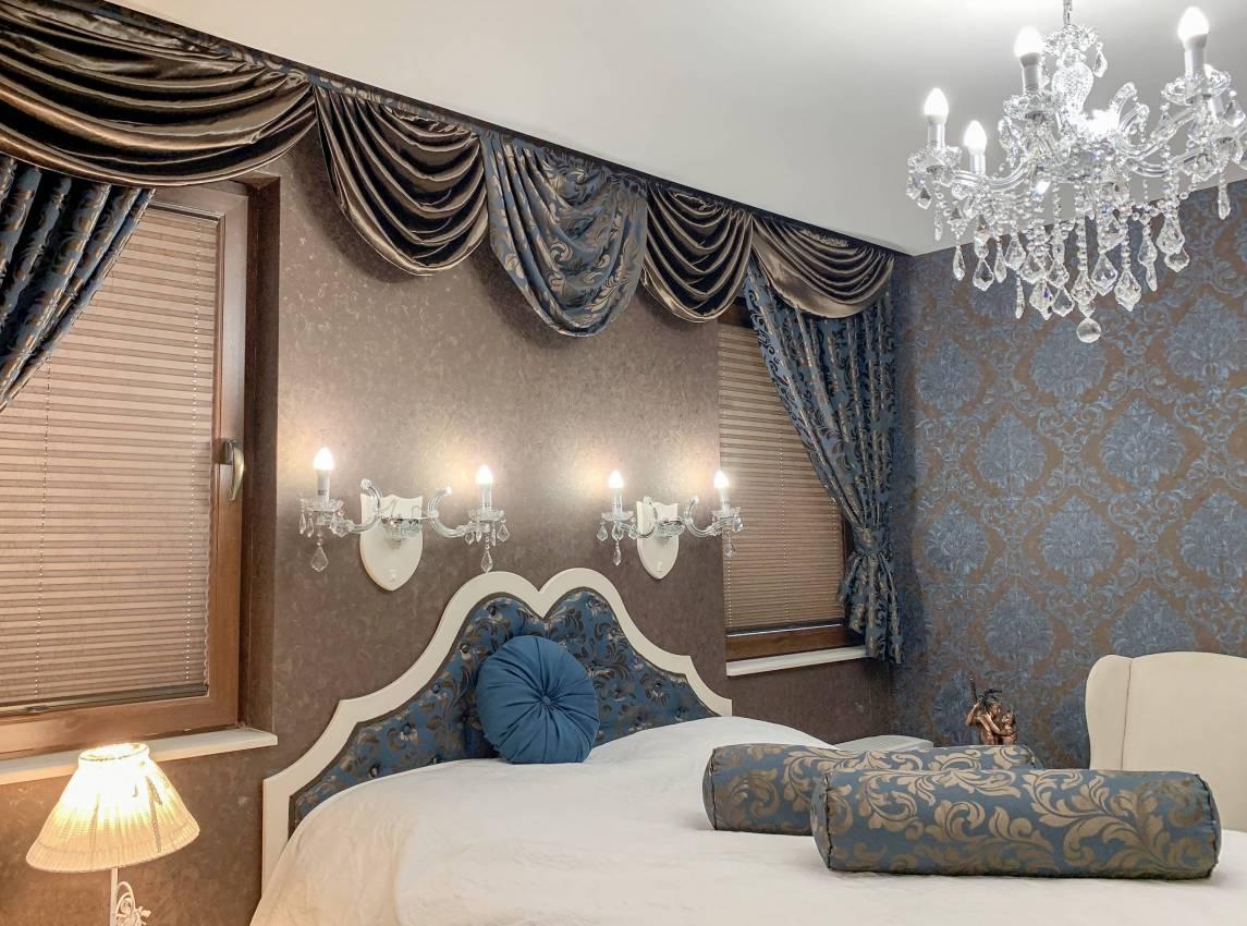 Изискана спалня със синьо и богата драперия