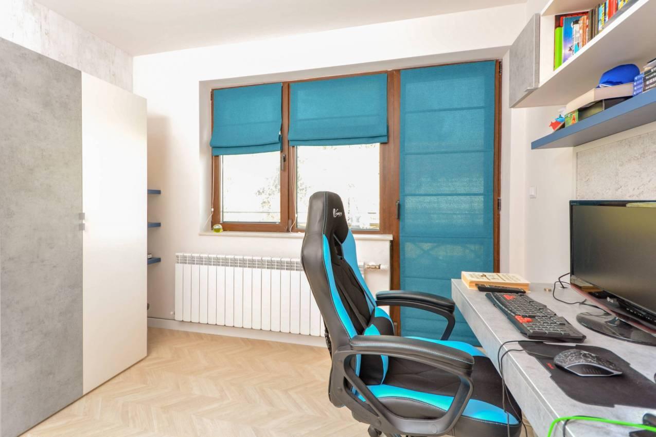 Момчешка стая в синьо с римски щори
