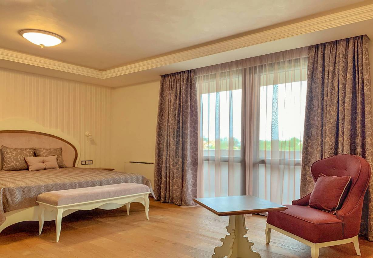 Спалня със завеси на цветя, шалте и декоративни възглавнички