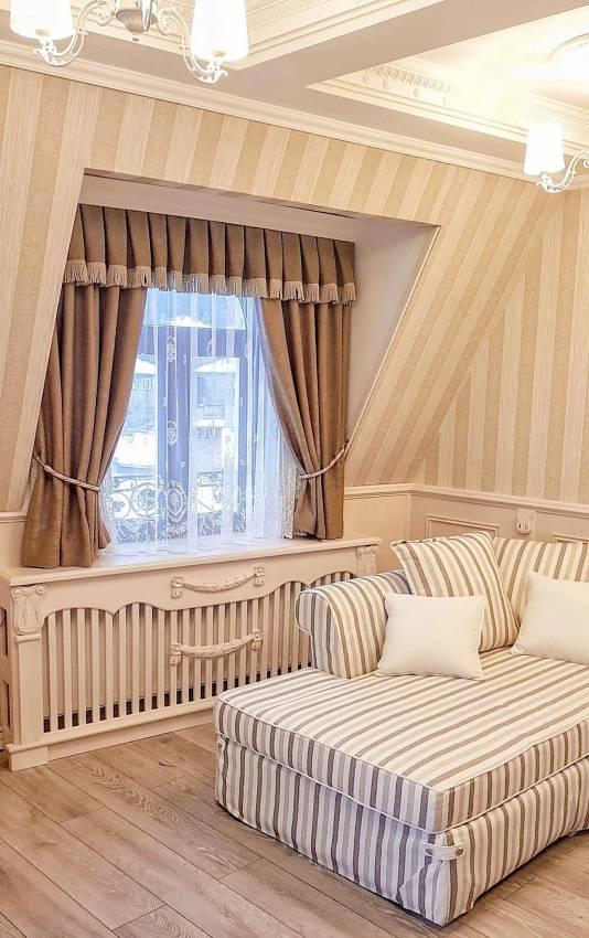 Спалня с красива драперия и тънки пердета