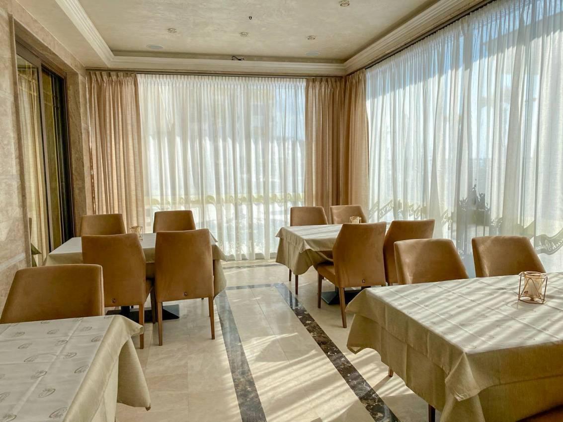 Хотел с ефирни перфета и плътни завеси