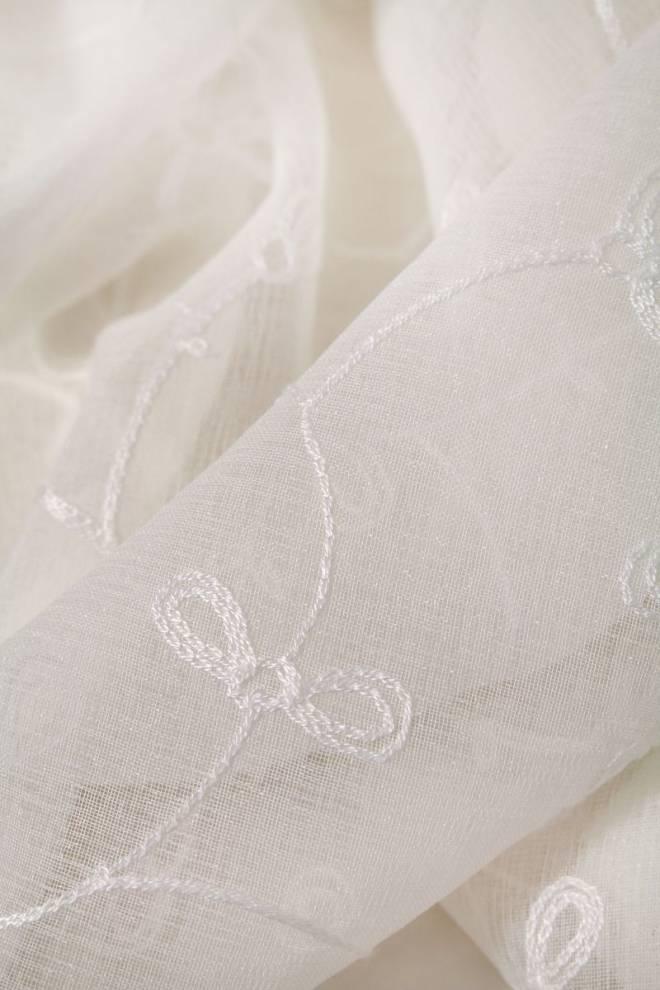 Полупрозрачен дюс с бродирани цветя