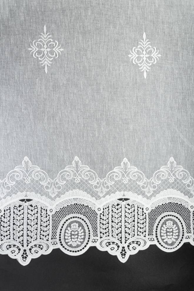 Полупрозрачно перде с бродиран декоративен завършек