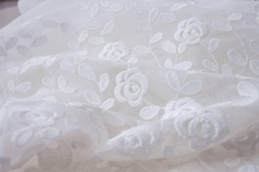 Полупрозрачно перде с цветя в долната част