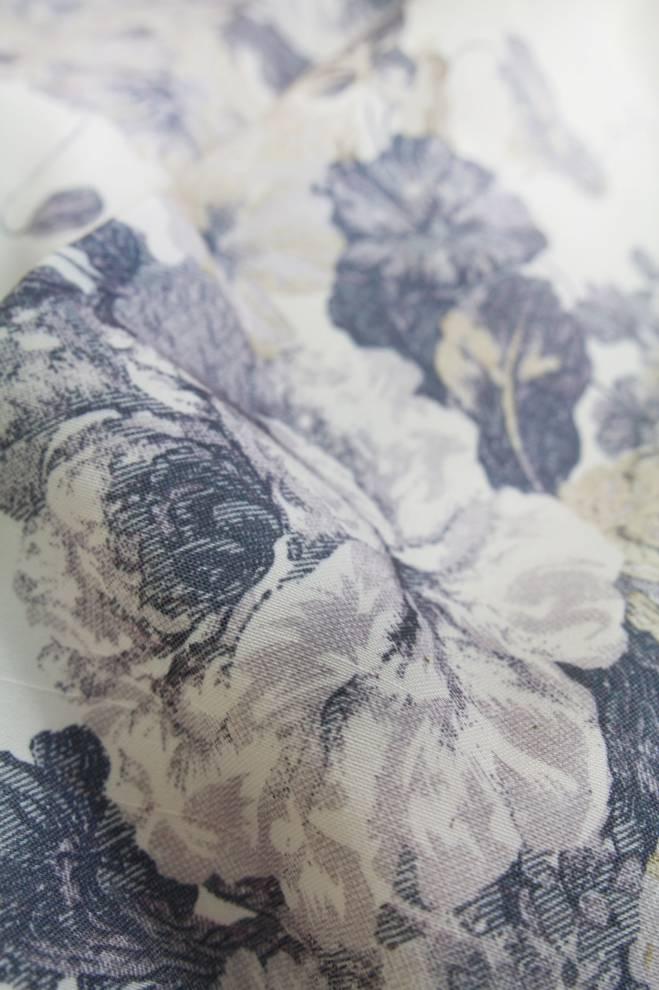 Плътна завеса в бяло със сини цветя