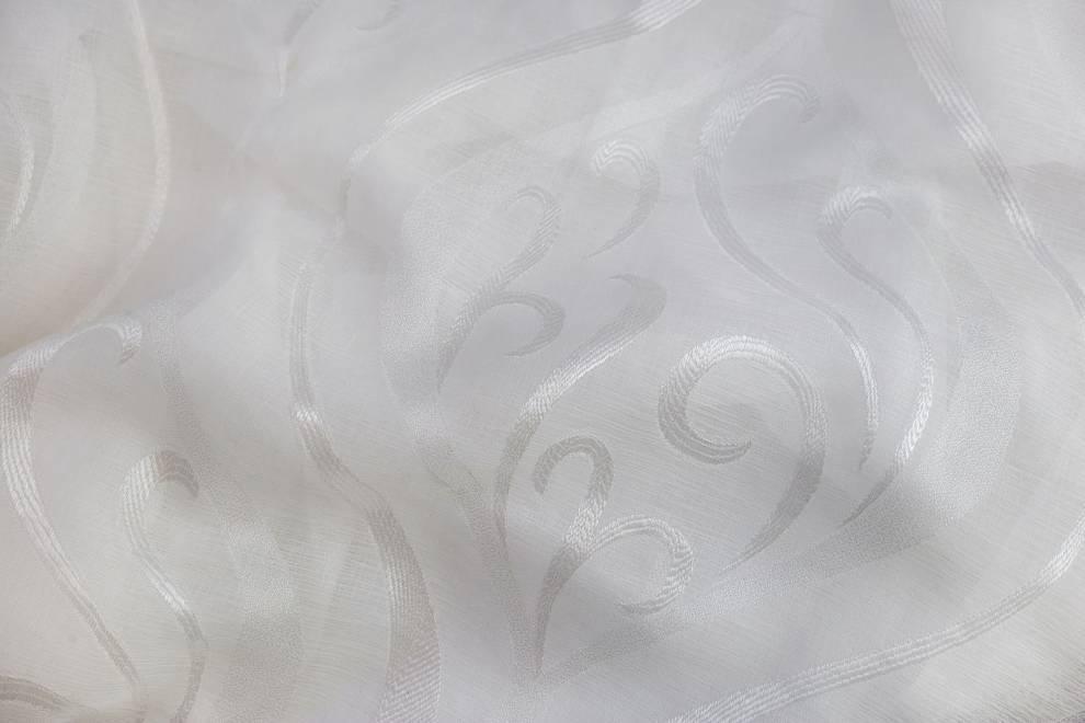 Полупрозрачно перде с орнаменти и лек отблясък