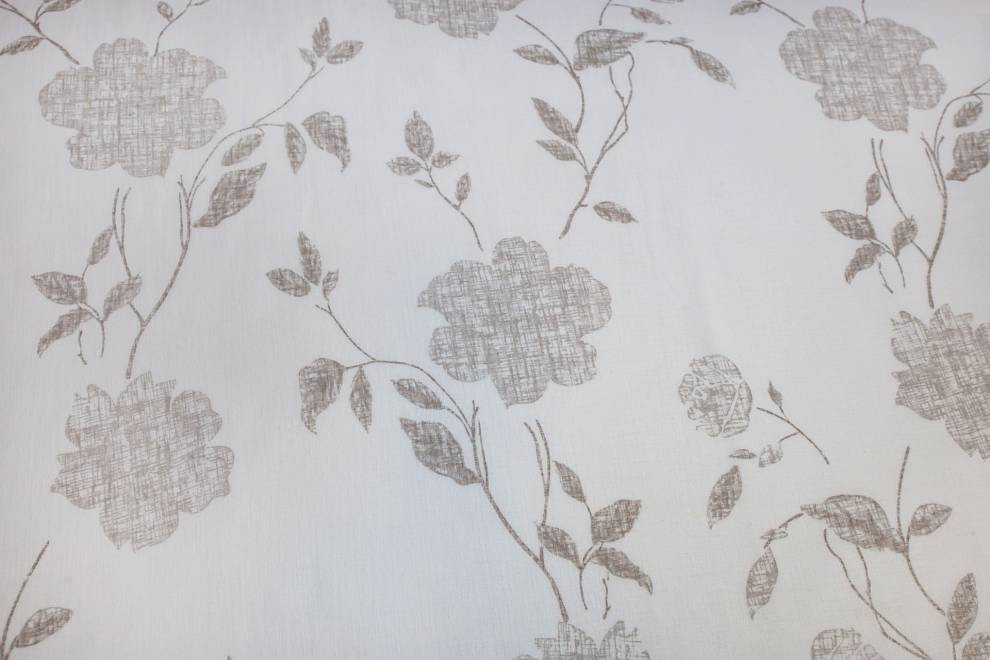 Полупрозрачно перде с бежови цветя върху бяла основа