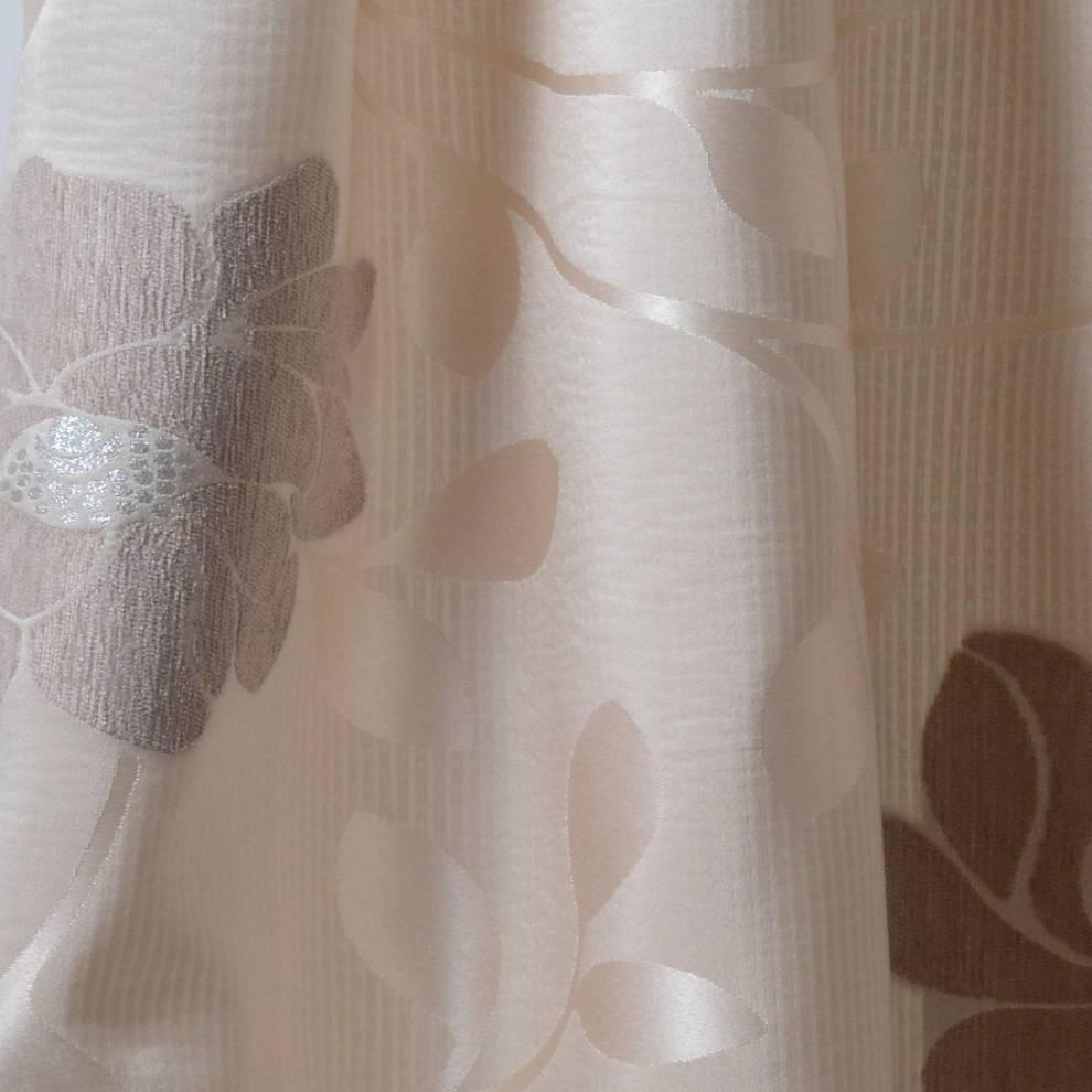 Плътна завеса с едри релефни цветя
