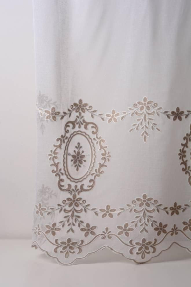 Полупрозрачно перде с бродирани цветя и декоративен завършек
