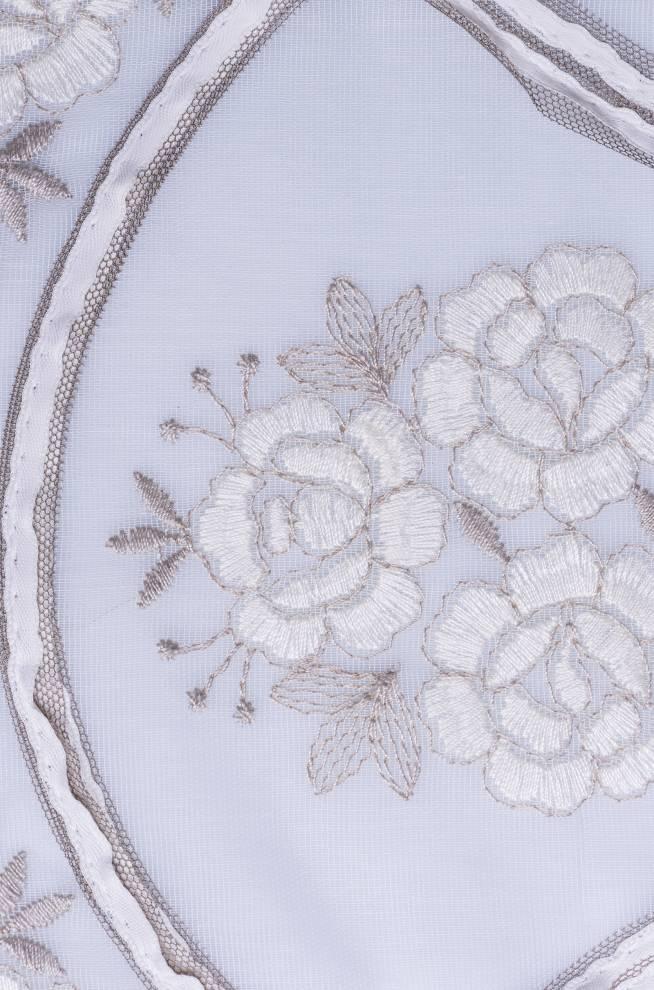 Дантела с бродирани цветя