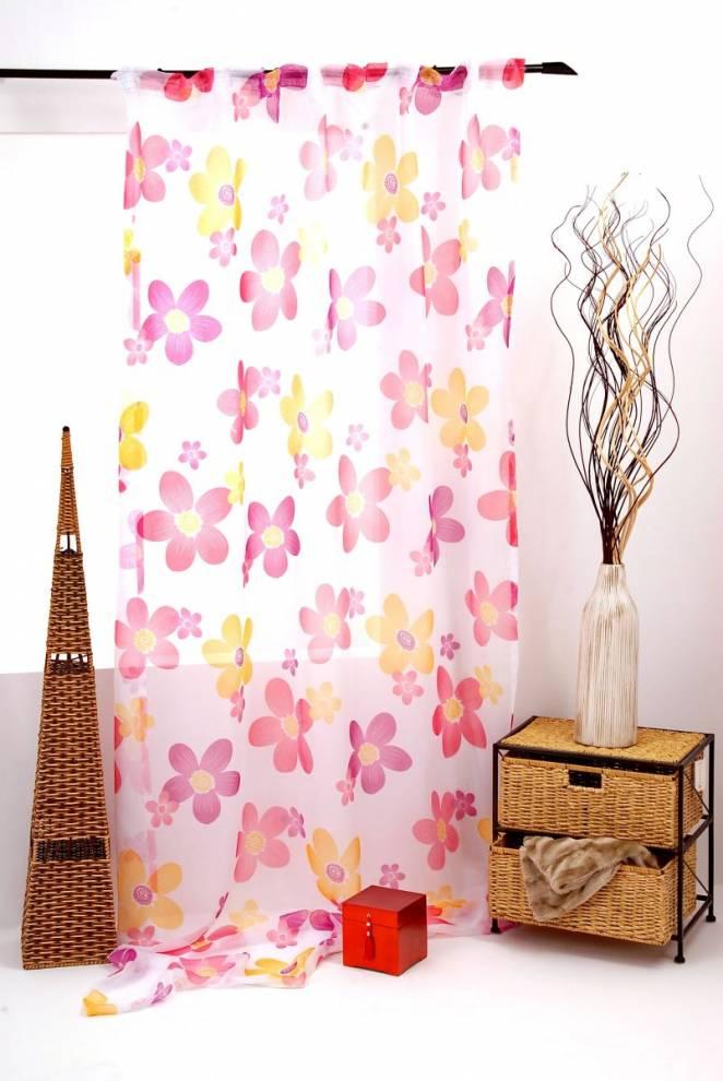 Полупрозрачно перде с шарени цветя подходящо за детска стая